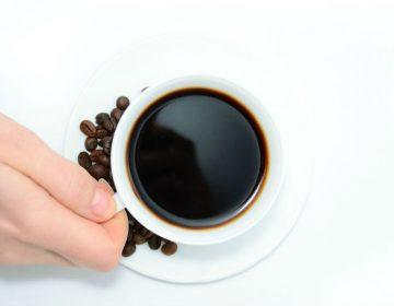 יד אוחזת בספל קפה
