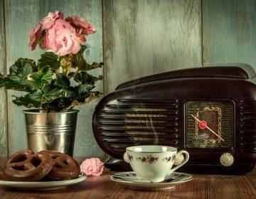 ספל קפה, רדיו ישן, פרצל ואגרטל